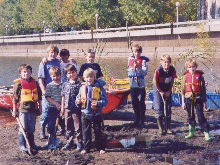 Rivière Saint-Charles : Corvée de plantation par une groupe enfants
